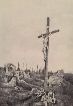 "Portuguese soldiers at the Front in France near the ""Christ of the trenches cross"" - World War I World War One, First World, San Mateo California, Ww1 Pictures, Triple Entente, German Army, World History, Troops, Wwii"