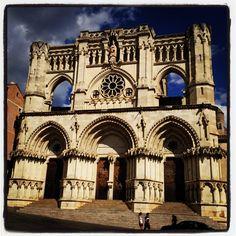 Catedral de Santa María y San Julián de Cuenca en Cuenca, Castilla-La Mancha Notre Dame, Cathedral, Building, Travel, Saints, Santa Maria, Pretty, Viajes, Buildings
