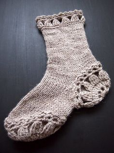 Идея немножко неожиданная, но выглядит симпатишно  носки, связанные частично спицами, а частично крючком   VMSomⒶ KOPPA: Kukkaympyräsukat