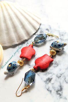 ∯▪ ℂollezione: Il Mare Addosso ▪∯  Marine \\ Il mare è un trattato di pace tra la stella e la poesia❣ Habanero Handmade - Vintage Jewelry  ➲ Orecchini lunghi, color oro. Cristalli blu, tartarughe in ceramica rosse e azzurre. Monachelle nichel free.  ❥ 10
