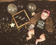 Happy New Years 🎉💕 #babyphotography #baby #milestones #newyear #letterboard #comotomo #balloons #fur #babygirl #babyfever #ideas #newyearseve Monthly Baby Photos, Newborn Baby Photos, Monthly Pictures, Happy New Year Baby, New Year Photoshoot, Fall Baby Pictures, Baby Christmas Photos, Foto Casual, Baby Girl Photography