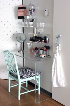 good ideas for a vanity table/make up station for a small room/dorm room makeup station! Rangement Makeup, Vanity Room, My New Room, Apartment Living, Living Room, Home Organization, Storage Organizers, Organiser, Storage Drawers