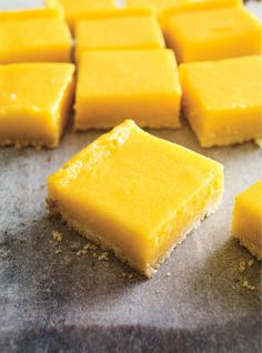 Looking for a simple recipe for squares? This mango version, with a delectable curd, is an easy dessert everyone can get behind! Mango Desserts, Easy Desserts, Delicious Desserts, Yummy Food, Mango Pie, Mango Mousse, Mango Cheesecake, Pureed Food Recipes, Desert Recipes