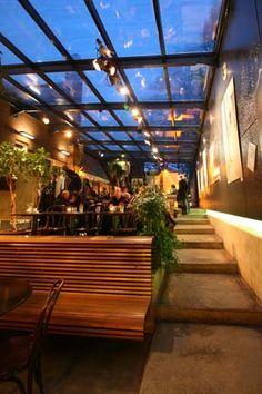 Louis Hartlooper Complex - Het sfeervolle Café is de voormalige binnenplaats van politiebureau Tolsteeg, die met glas overdekt is. Deze is geschikt voor maximaal 120 personen. Tevens bevindt zich in het Café een expositiewand, waarop kunstenaars hun werk tentoonstellen.