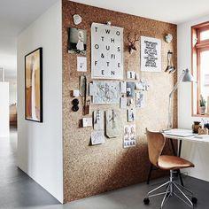 Un mur en liège dans le bureau parfait pour épingler tous les mémos, très pratique