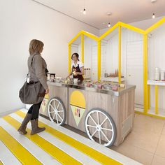 A pop-up Italian ice cream stall at St Martins Lane Hotel in London evokes the seaside with yellow beach huts and striped decking. Kiosk Design, Booth Design, Retail Design, Store Design, Design Blog, Cafe Design, Design Ideas, Pop Up Stores, Ice Shop