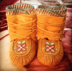 girls beaded moccasins on traditional tanned moose hide.Baby girls beaded moccasins on traditional tanned moose hide. Baby Moccasin Pattern, Mittens Pattern, Toddler Moccasins, Baby Moccasins, Indian Beadwork, Native Beadwork, Quinceanera Dresses Blush, Native American Moccasins, Beaded Moccasins