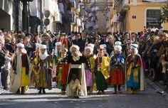 """La Gloria Infantil, un niño festero de cada """"filà"""" recorre las calles céntricas anunciando el inicio de las fiestas. #Alcoy #Alcoi #MorosyCristianos"""