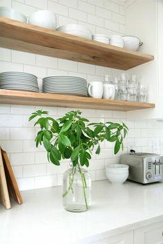 bonito salpicadero de cocina con azulejos blancos