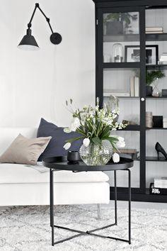 Obtine un efect fresh in living-ul tau, cu un buchet de flori amenajat cu gust intr-o vaza care se potriveste cu decorul interior al casei.