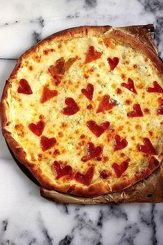Die passende Pizza zum Valentinstag >> Four Cheese Pepperoni Pizza