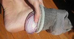 La medicina tradicional china asegura que utilizar unas rodajas de cebolla en los pie se eliminaran las toxinas de tu cuerpo y eliminara los virus.