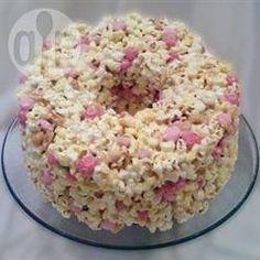 Ótimo para festa infantil! Um bolo criativo e bem colorido de pipoca com guloseimas.