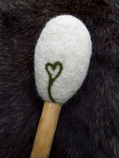 lite hjerte på baksiden av en trommestikke