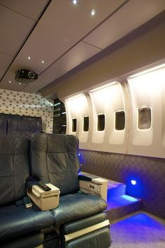 AWESOME HOME THEATER - Airplane theme    I saw one of these in a Saratoga Home about 6-7 years ago.