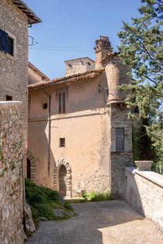Arrone, Palazzetto nobiliare addossato alla cinta muraria che incorpora due torrioni circolari di difesa