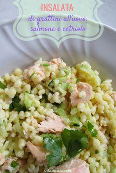 L'insalata di grattini all'uovo, salmone e cetriolo è smart perché è un modo originale, sorprendente e insolito di usare un formato di pastina destinata al brodo caldo... per fare un'insalata fredda! Semi, Pasta Salad, Grains, Ethnic Recipes, Crab Pasta Salad, Seeds, Korn