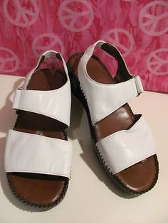 WORTHINGTON    WHITE LEATHER SANDALS    EXCELLENT CONDITION    FOR PREOWNED    WORN ONE TIME    SIZE 10M    NICE LEATHER    VERY COMFY    WONDERFUL ADDITION    TO YOUR WARDROBE