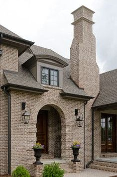 Northern alabama home in spanish moss - pine hall brick, inc. Exterior Siding Colors, Exterior Cladding, Exterior Design, Cream Colored Houses, Brick Porch, Dream House Exterior, House Exteriors, Brick Colors, Brick Design