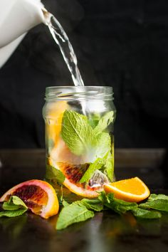 This calming, fragrant fresh orange and mint tea is perfect for relaxing in the afternoon or evening. Let the natural flavour of the mint leaves infuse the water while you chill out! This calming, fragrant fresh Yummy Drinks, Healthy Drinks, Low Cal, Bebidas Detox, Valeur Nutritive, Iced Tea Recipes, Detox Tea, Natural Flavors, Detox Drinks