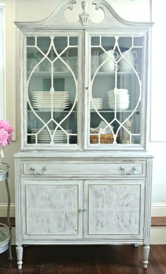 Vintage China Vintage China Cabinet Makeover - Ann from Farmhouse Blues Interiors is back to share this incredible vintage china cabinet makeover in Lazy Linen! As you can see, the cabinet has very pretty li… China Cabinet Redo, Vintage China Cabinets, Painted China Cabinets, Painted Drawers, Glass Cabinet Doors, Glass Doors, Glass Shelves, Refurbished Cabinets, Cabinet Makeover