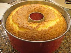 Este é o meu bolo de laranja preferido. Fica sempre fofo e delicioso.   A receita já cá está  no blogue, mas num bolo de formato diferente....