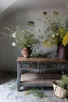 Foraged arrangements in Portugal at San Laurenco do Barrocal. Floral designs by Chelsea Fuss. Photo by Little Upside Down Cake. Foraged arrangements in Portugal at San Laurenco do Barrocal. Floral designs by Chelsea Fuss. Photo by Little Upside Down Cake. Ikebana, Wabi Sabi, Casa Wabi, Deco Champetre, Deco Nature, Ivy House, Deco Floral, Cut Flowers, Purple Flowers