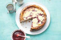 Cheesecake is áltijd goed, zeker deze variant met frisse bosvruchtensaus, ga jij 'm bakken dit weekend? - Recept - Allerhande