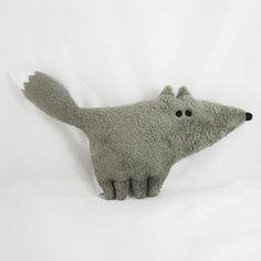 Faite main, la peluche Huguette la louve est un compagnon id�al pour les enfants comme pour les adultes.