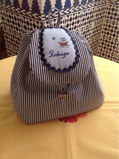 LOS TESOROS DE EMMA: Mochila de niño personalizada. Kits For Kids, Dresses Kids Girl, Zipper Bags, Girly Things, Bag Making, Kids Girls, Baby Gifts, Purses And Bags, Girl Fashion