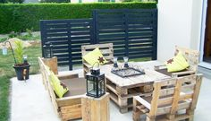 Pallets per salotto. Come realizzare un caldo salotto fai da te, con tavolo e poltrone, utilizzando dei semplici bancali in legno? Via designrulz.com