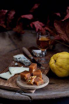 Carn de codony amb nous i pistatxos kweeperen pasta met walnoten en pistachenoten  Bijzonder Spaans