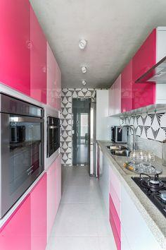 Degradê rosa na cozinha é destaque no apartamento