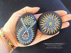 Piedras de alma pintado de punto por ArtAndBeing en Etsy