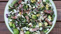 Ensalada de carne de res con queso azul, aguacate y aderezo balsámico de albahaca