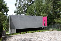 ruptura morlaca's concrete house floats weightlessly over serene landscape in ecuador