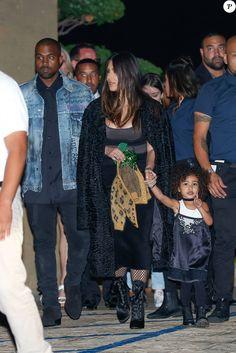 Kris Jenner, Kim et Kanye avec leur fille North, Kendall et Kylie Jenner, Tyga, Kourtney Kardashian, Scott Disick et leurs enfants à la soirée d'anniversaire de Rob Kardashian Jr. au restaurant Nobu à Malibu, le 17 mars 2016.