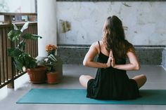 Yoga poses offer numerous benefits to anyone who performs them. There are basic yoga poses and more advanced yoga poses. Here are four advanced yoga poses to get you moving. Pranayama, Kundalini Yoga, Yoga Yin, Ashtanga Yoga, Namaste Yoga, Yoga Beginners, Beginner Yoga, Fun Fitness, Fitness Tips