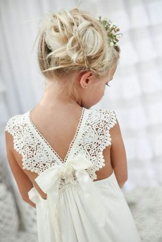 The little flower girls are so important at a wedding. What's the most exciting moment of a wedding? But before all these, it's flower girls that show up first. Dress Flower, Cute Flower Girl Dresses, Boho Flower Girl, Flower Girl Beach Wedding, Beach Flower Girls, Flower Girl Outfits, Bohemian Beach Wedding, Wedding Flowers, Lace Dresses