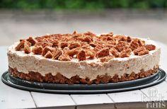 Je favoriete koekje in een taart! Jammie, wat is er nu beter dan je favoriete koekje verwerkt in een taart? Daarom delen we vandaag met jullie het recept voor deze overheerlijke stroopwafeltaart! Je hebt er niet eens een oven voor nodig!  Misschien doen jullie het ook wel, maar wij hebben op zond