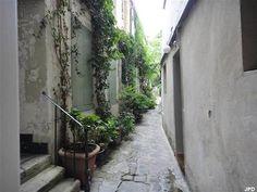 6.Passage dérobé : 52 rue Mouffetard (5ème) C'est dans l'une des plus anciennes rues de Paris que s'est réfugié un passage endormi. Entre une boutique de souvenirs bariolée et un distributeur, poussez la porte du numéro 52. Là, des appartements tranquilles, des murs blancs et des volets assortis aux plantes grimpantes vous feront oublier le bouillonnement de la ville pendant un instant.  Métro : Place Monge