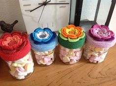 Leuke snoeppotjes als cadeautje voor de juffen. Crochet Cup Cozy, Crochet Box, Crochet Gifts, Vintage Crochet, Double Crochet, Crochet Flowers, Knit Crochet, Crochet Jar Covers, November Crafts