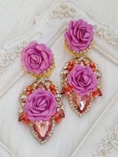 Ohrringe mit Blumenverzierung Romantic Dinners, Designer Earrings, Accessories, Stud Earrings, Bangle Bracelets, Neck Chain, Embellishments, Wristlets, Romantic Meals