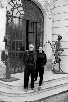 Jacqueline and Picasso on front steps of Villa La Californie in Cannes, France. February 8th, 1956. (via David Douglas Duncan)