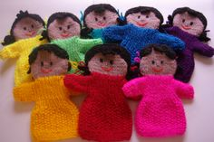 Dolly handpuppets in a variety of colours. Puppet Patterns, Loom Knitting Patterns, Crochet Toys Patterns, Stuffed Toys Patterns, Doll Patterns, Knitting Projects, Glove Puppets, Hand Puppets, Yarn Dolls