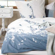 Bettwäsche mit abstraktem Blumenmuster.