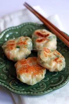 These easy shrimp and chive dumplings are super crisp and as delicious as the ones served at dim sum restaurants. These easy shrimp and chive dumplings are super crisp and as delicious as the ones served at dim sum restaurants. Seafood Dishes, Seafood Recipes, Appetizer Recipes, Cooking Recipes, Asian Appetizers, Bacon Recipes, Asian Snacks, Seafood Appetizers, Asian Foods