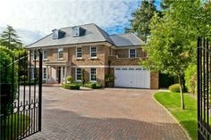 This Morning's Eamonn Holmes & Ruth Langsford put Surrey mansion up for sale House Plans Uk, Modern Brick House, Millionaire Homes, Mansions For Sale, Mega Mansions, Modern Properties, Dream Mansion, My Ideal Home, American Houses