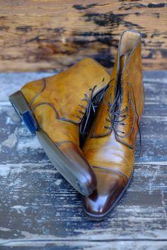 http://chicerman.com dandyshoecare: Before and After. ABSIT INIURIA VERBIS - VI Non me ne vogliano gli artigiani che realizzano scarpe su misura ma -come potete vedere dalle foto- una scarpa diventa veramente unica solamente dopo essere stata colorata e lucidata a mano da uno specialista. Mi rivolgo quindi a voi che acquistate calzature realizzate a mano e che desiderate avere un prodotto veramente personalizzato ed esclusivo. Quando ordinate un paio di scarpe su misura da un calzolaio d...