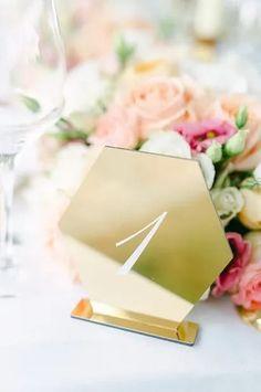 Suchst Du Ideen für Deine Gartenhochzeit? Hier findest Du tolle Tipps und Inspirationen rund um Deine Hochzeit unter freiem Himmel, die Dir bei Deiner Hochzeitsplanung helfen. Klicke hier und hol Dir Ideen für Dein Brautkleid, die Tischdeko, eine Zelt Hochzeit, das Getting Ready oder die stilvolle Hochzeitsdeko! Fotos: Heike Moellers Photography #Gartenhochzeit #Hochzeitsplanung #WhiteWeddingMag Outdoor Ceremony, Container, Chic, Garden, Pictures, Newlyweds, Registry Office Wedding, Shabby Chic, Elegant